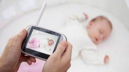 Bébé qui dort et babyphone