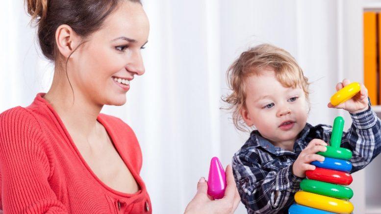 Femme jouant avec un enfant