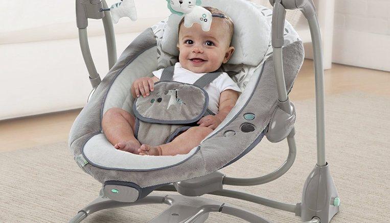 Un bébé dans une balancelle