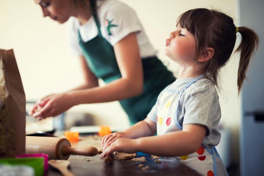 Une mère et sa fille en train de cuisiner