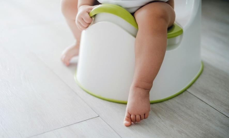 Un bébé sur le pot