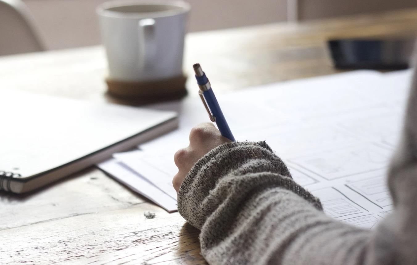 Personne avec un crayon à la main