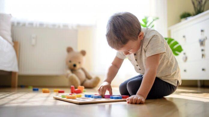 Enfant qui joue seul dans sa chambre