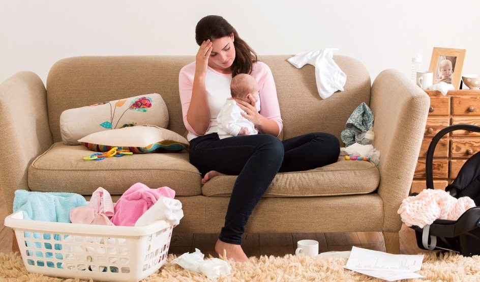 Femme fatiguée avec un bébé