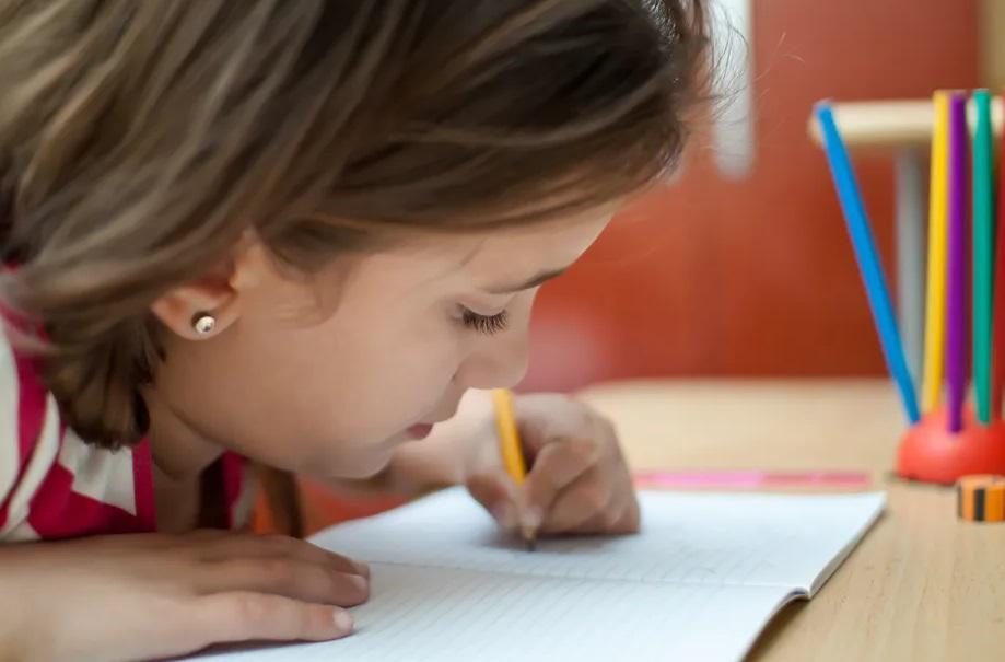 Jeune fille qui écrit